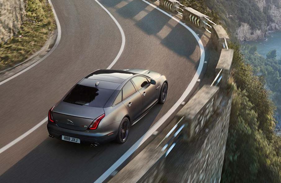 Jaguar XJ Auto Grau Heckansicht Vogelperspektive Kurve Straße