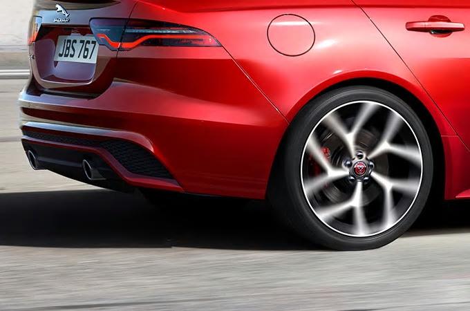 Auto Stahl der neue Jaguar XE 2019 Seitenansicht Reifen Felge Rot