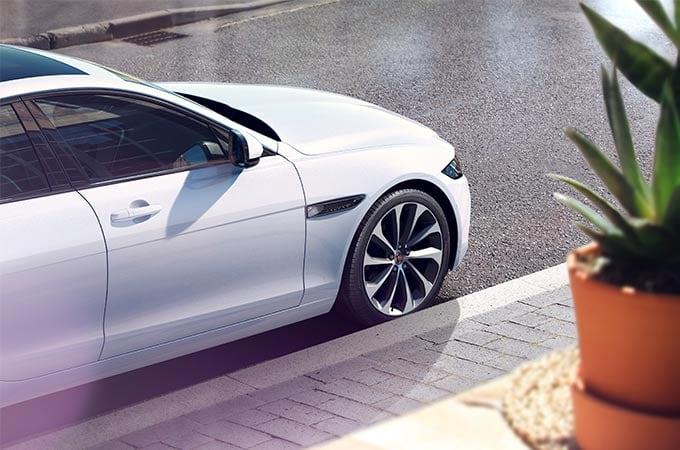Auto Stahl der neue Jaguar XE 2019 Seitenansicht Weiß