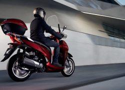 Honda SH300i bei Auto Stahl Seitenansicht auf der Straße