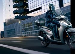 Honda SH300i bei Auto Stahl beim fahren
