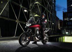 Honda VFR800X Crossrunner bei Auto Stahl Seitenansicht Straße