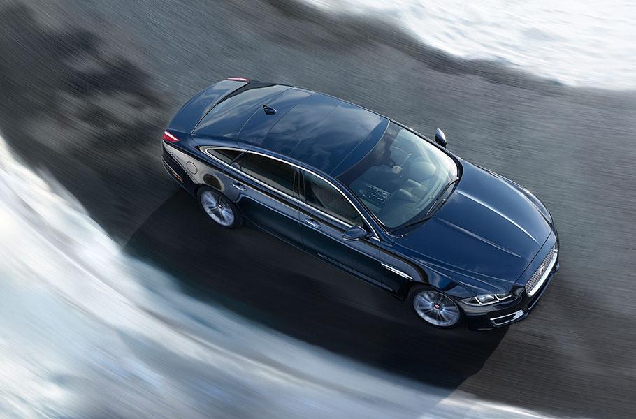 Jaguar XJ Vogelperspektive Kurve Schwarz Elegant