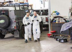 Team AUTO STAHL Wien 20 Lackierkabine Lackierarbeiten an einem Fahrzeug, Lackierteam gehend, Auftrag
