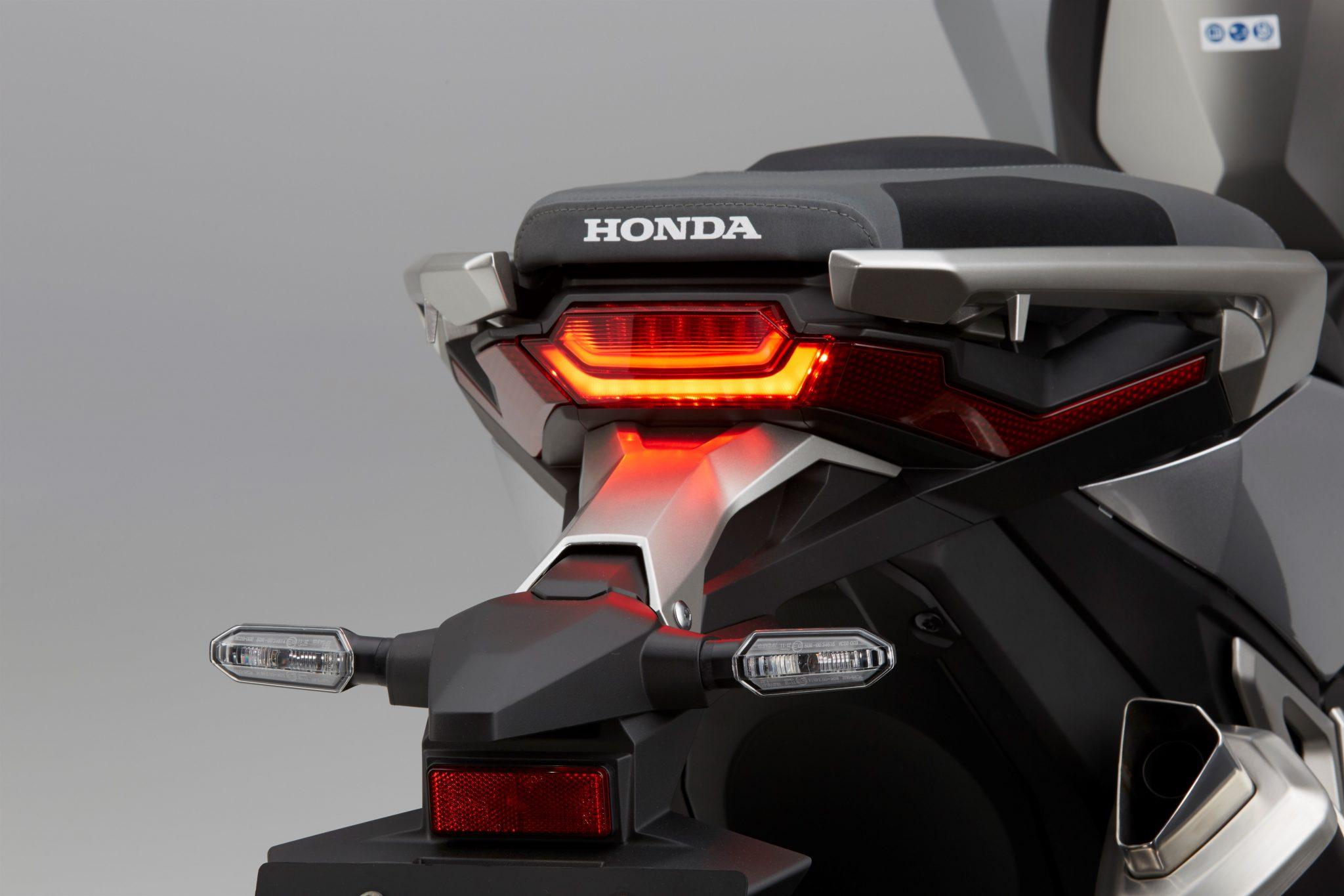 HONDA X-ADV bei Auto Stahl Rückleuchte
