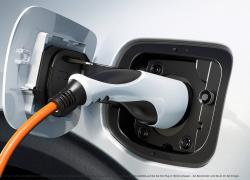 Kia Niro Plug-in Hybrid bei Auto Stahl beim Tanken