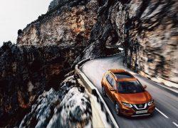 Nissan X-Trail bei Auto Stahl Orange Frontansicht Straße Berge