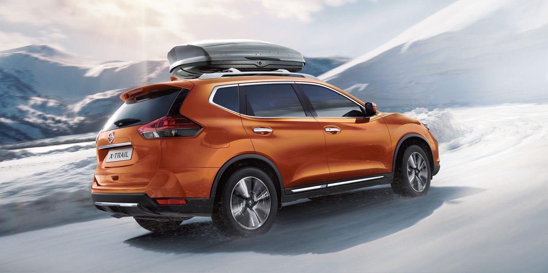 Nissan X-Trail bei Auto Stahl Seitenansicht Schnee Winter Orange Dachträger