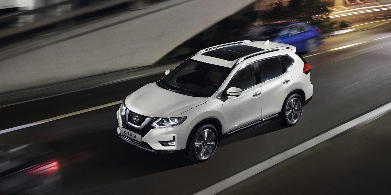 Nissan X-Trail bei Auto Stahl Seitenansicht Front Weiß Straße