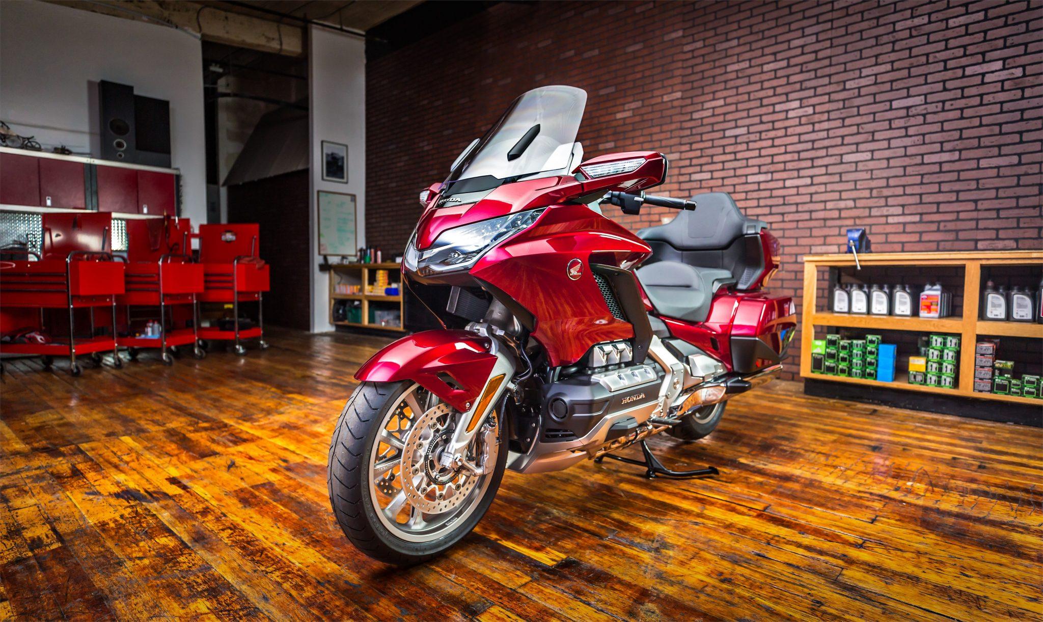 Honda Gold Wing Tour 2018 bei Auto Stahl Seitenansicht Frontansicht Rot Schwarz Hauptständer