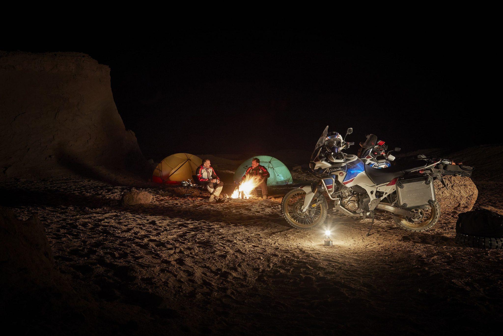 HONDA Africa Twin Sports 2018 bei Auto Stahl Lagerfeuer Seitenansicht Nacht