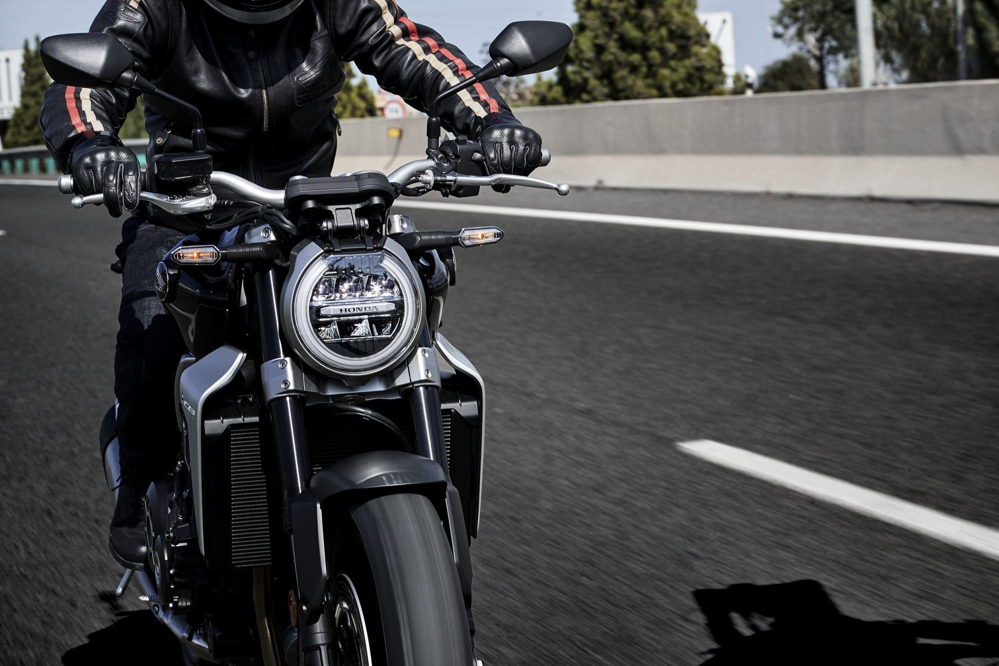 Honda Bike CB1000R 2018 bei Auto Stahl Frontansicht Schwarz Scheinwerfer Straße