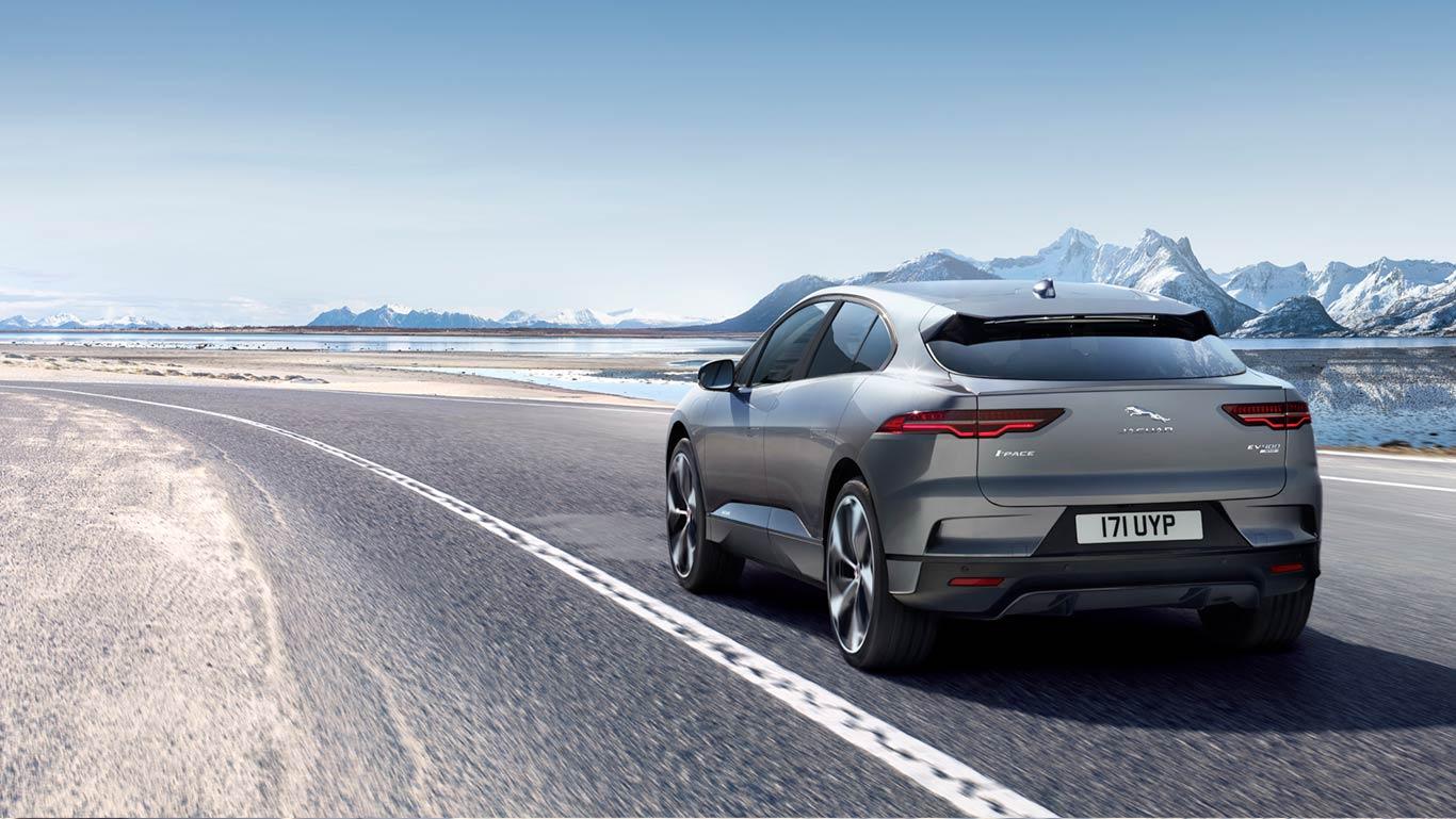 Jaguar I-Pace bei Auto Stahl Heckansicht Berge Straße Grau