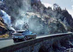 Jaguar I-Pace bei Auto Stahl Grau Seitenansicht Heckansicht Dachträger Berge