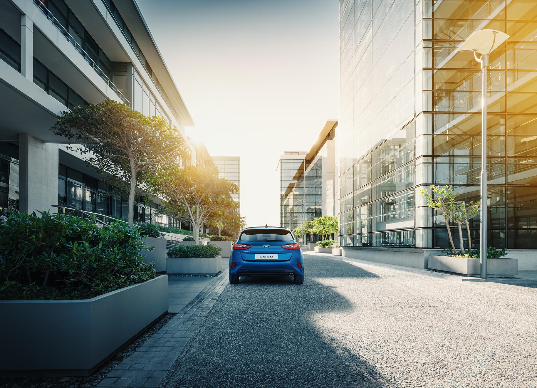 Kia Cee´d 2018 bei Auto Stahl Detail Heckansicht City Blau Straße