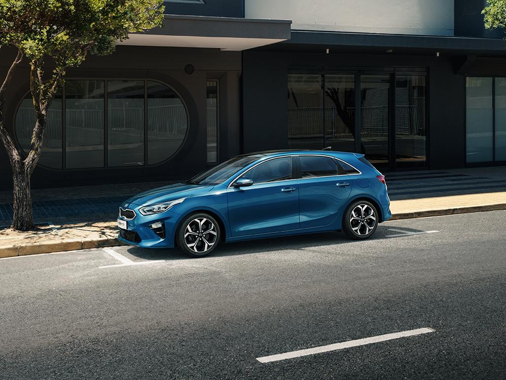 Kia Cee´d 2018 bei Auto Stahl Detail Seitenansicht Blau Straße Parkplatz