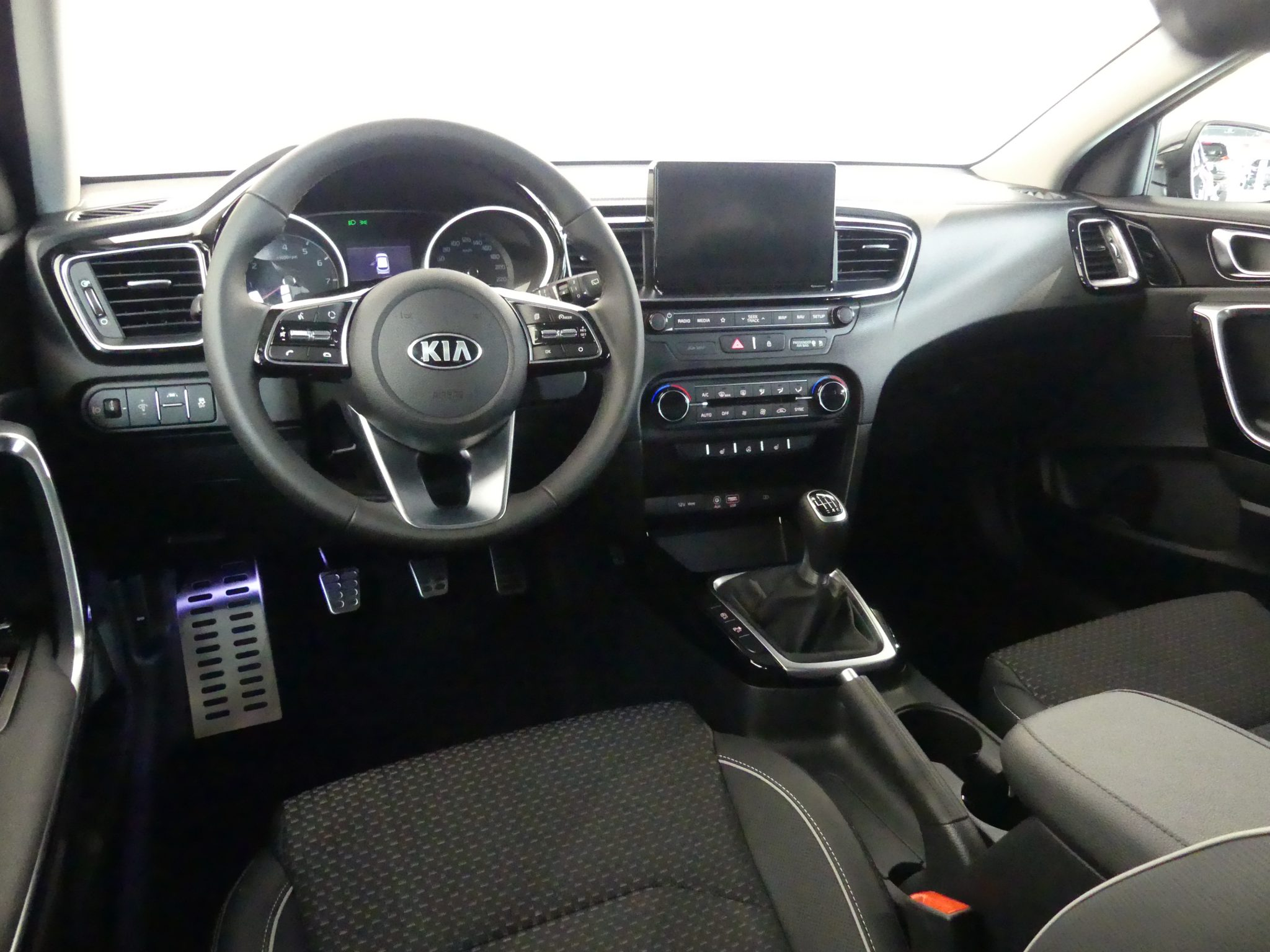 Kia Ceed bei Auto Stahl 2018 Detail Innenansicht Stoff Lenkrad Schwarz