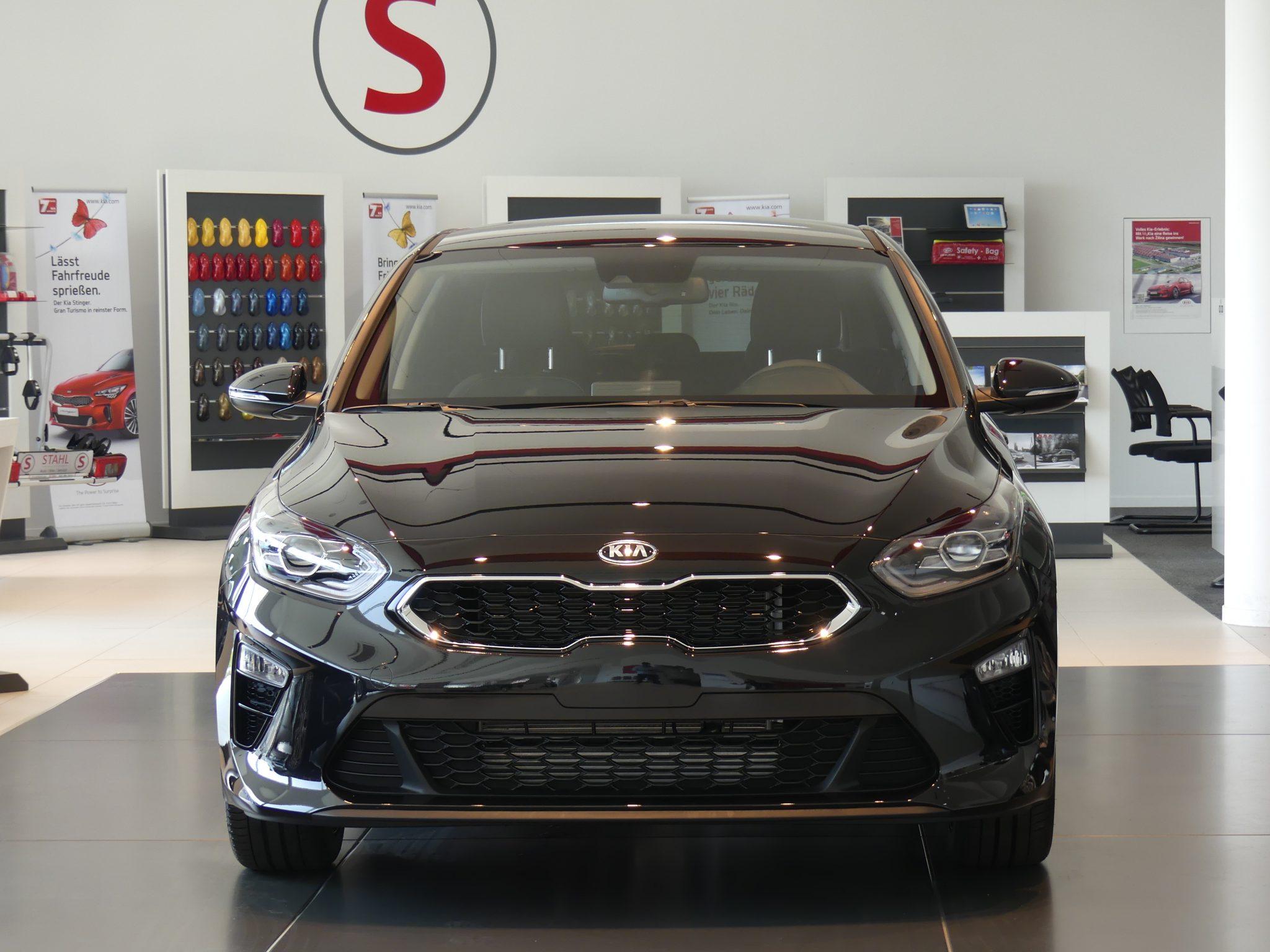 Kia Cee´d 2018 bei Auto Stahl Detail Frontansicht Braun Schauraum