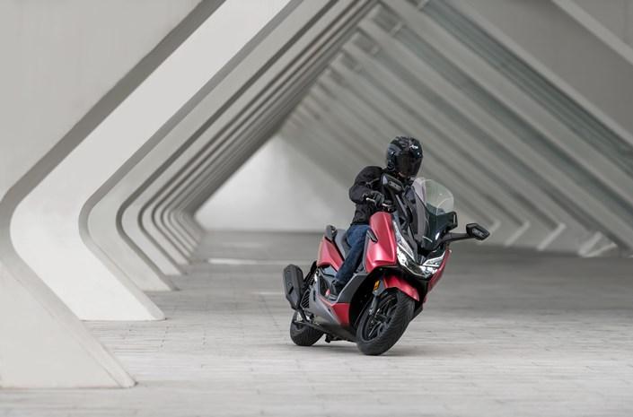 Honda Forza 125 bei Auto Stahl Frontansicht Rot Schwarz
