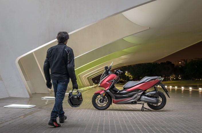 2018 Honda Forza 125 bei Auto Stahl Outdoor Seitenansicht Schwarz Rot Hauptständer