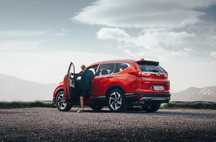 Honda CR-V 2018 Benziner Seitenansicht Rot Straße Steine Auto