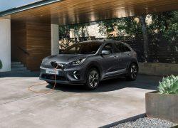 Kia e-Niro bei Auto Stahl Elektro Auto beim Laden Grau
