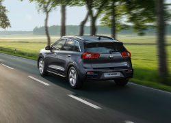 Kia e-Niro bei Auto Stahl Landschaft Seitenansicht Heck Grau Elektro Auto