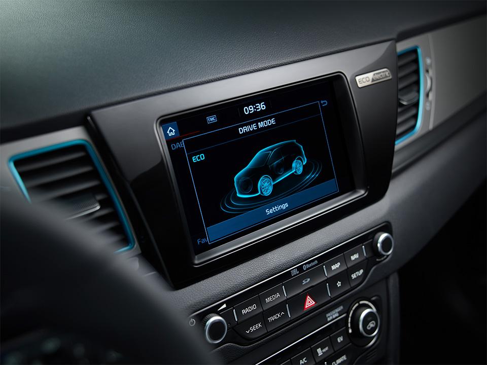 Kia e-Niro bei Auto Stahl Elektro Auto Innenansicht Navi