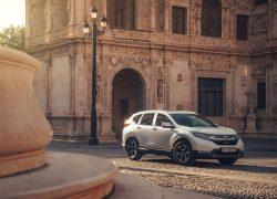 Honda CR-V Hybrid bei Auto Stahl Seitenansicht auf der Straße