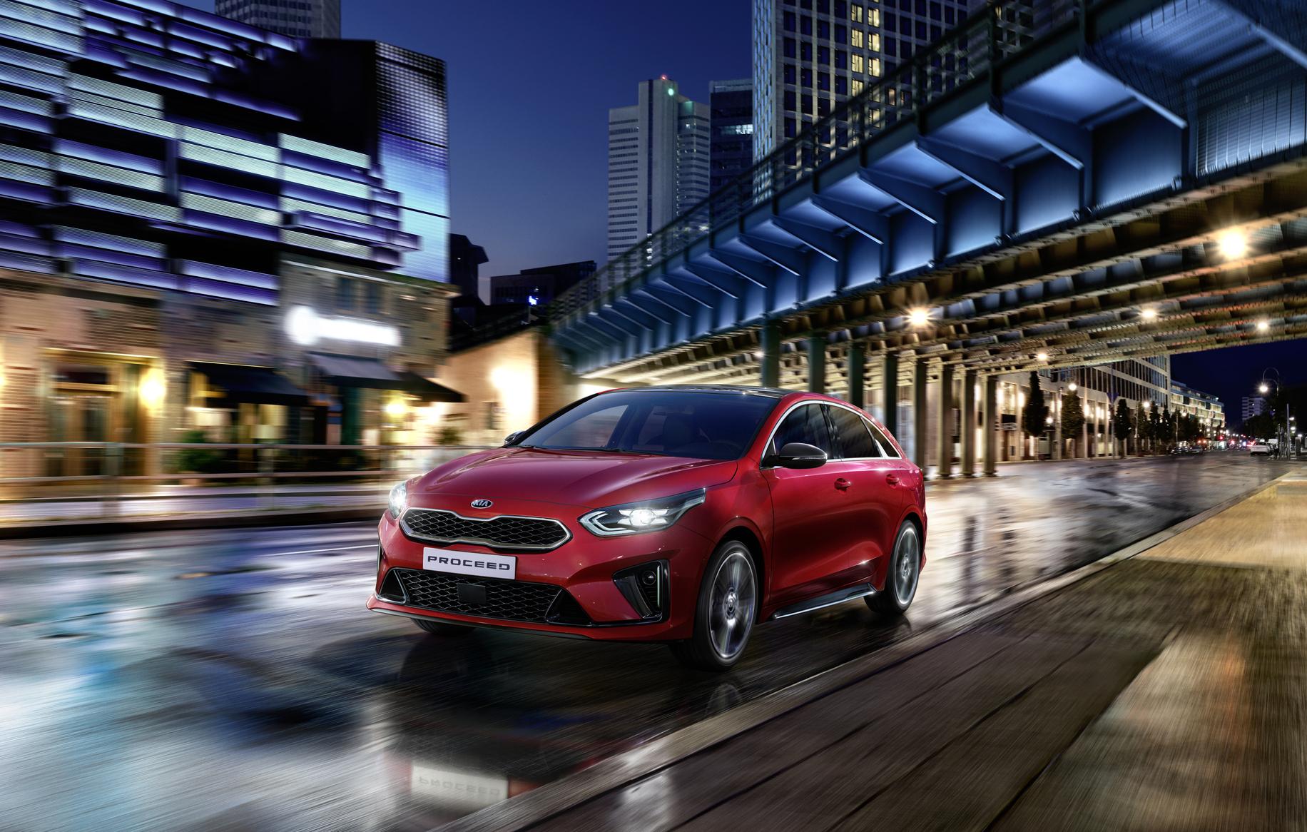 Kia Proceed GT - Line bei Auto Stahl Rot Auto Straße City Nacht Frontansicht Seitenansicht Scheinwerfer