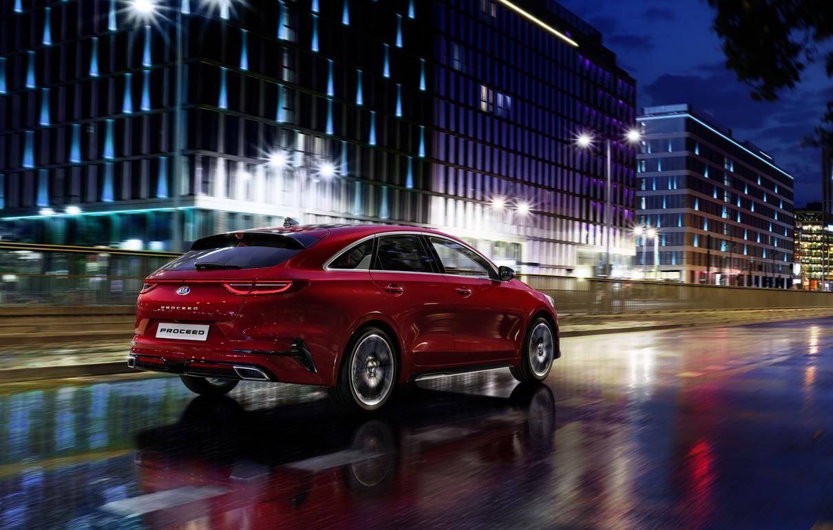 Kia Proceed GT - Line bei Auto Stahl City Seitenansicht Heck Straße Nacht Auto Rot