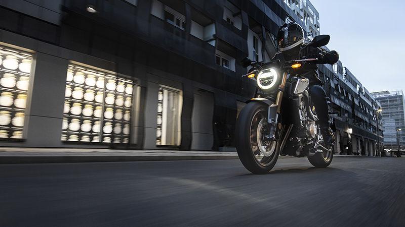 Honda CB650R 2019 bei Auto Stahl Schwarz Straße Scheinwerfer Licht Fahrt