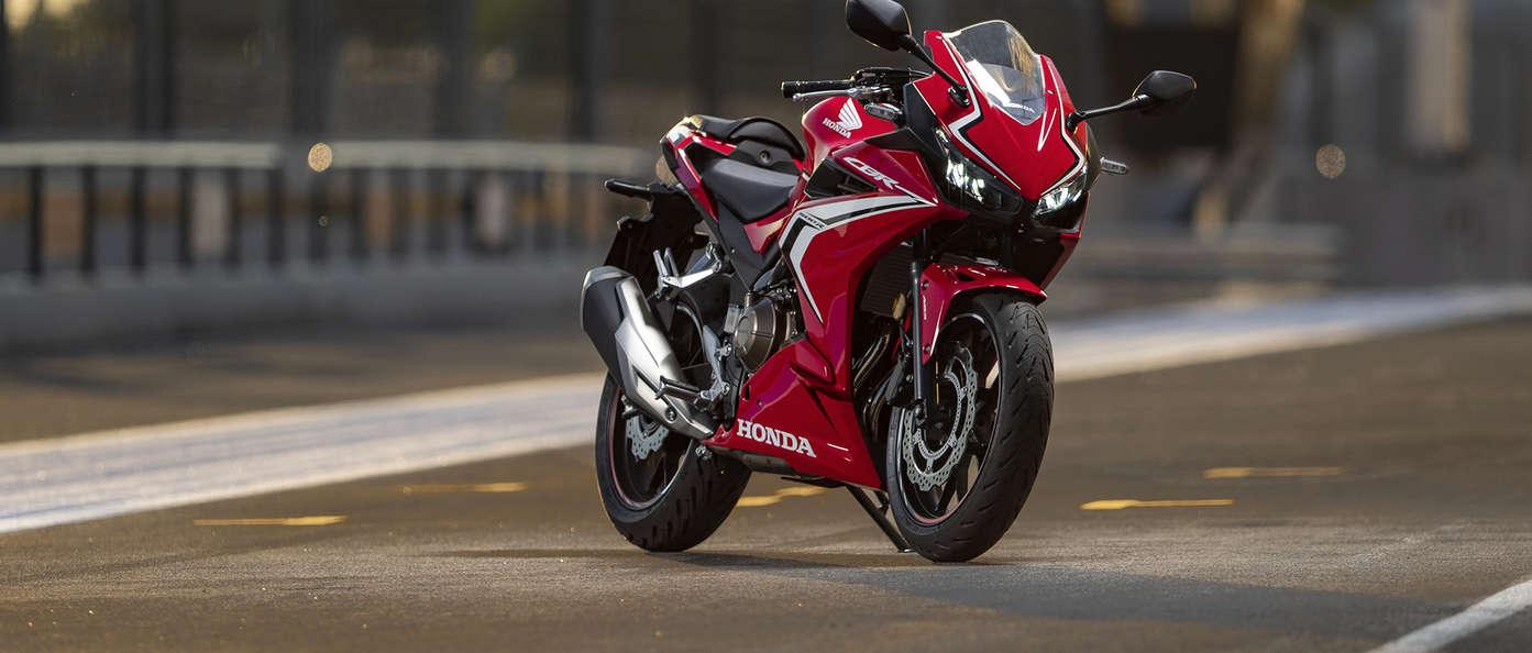 Honda CBR500R 2019 bei Auto Stahl Rot Weiß Schwarz Seitenansicht Straße