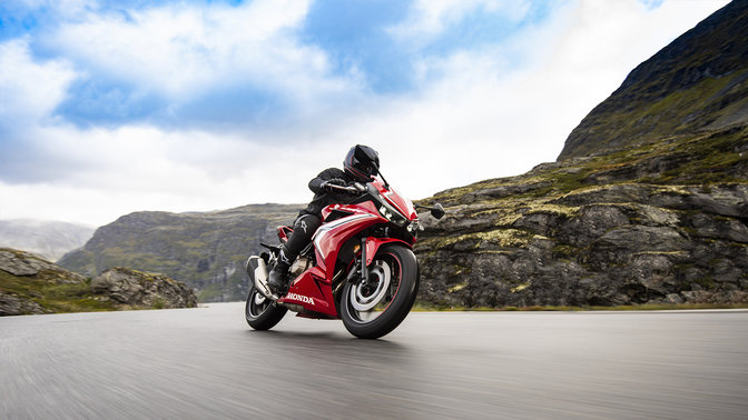 Honda CBR500R 2019 bei Auto Stahl Landschaft Berge Seitenansicht Kurve Rot Weiß Schwarz Straße