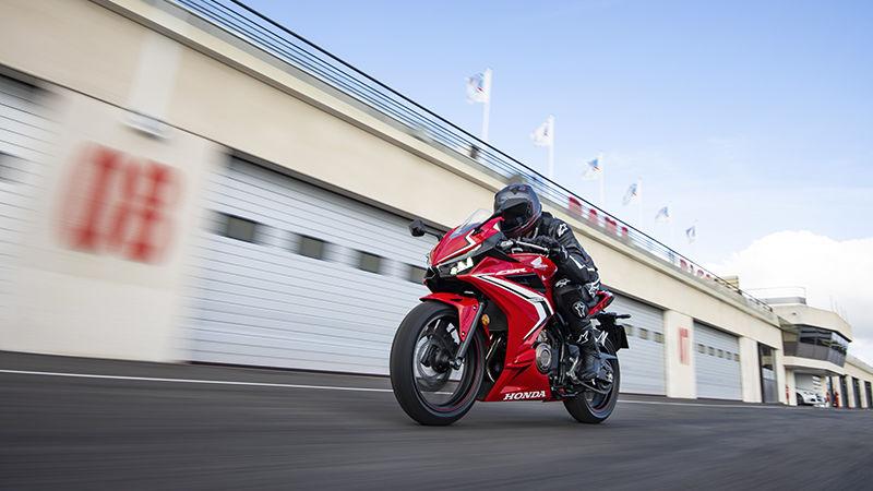 Honda CBR500R 2019 bei Auto Stahl Rot Weiß Schwarz Straße Bike Motorrad