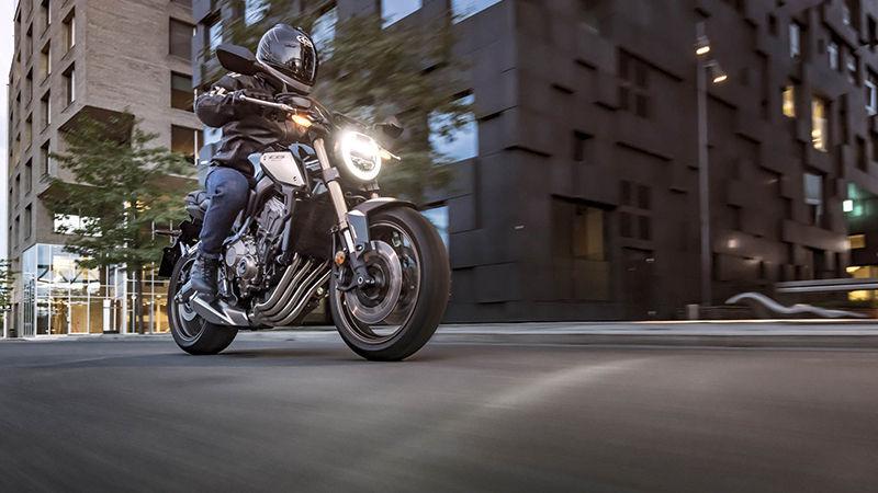 Honda CB650R 2019 bei Auto Stahl Schwarz Silber Scheinwerfer Licht Fahrt City Straße