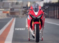 Honda Fireblade SP bei Auto Stahl Frontansicht Straße Rot Weiß Blau