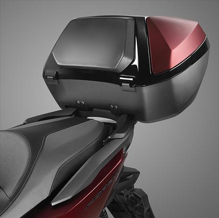 Honda Forza 125 bei Auto Stahl Rot Schwarz Top Case