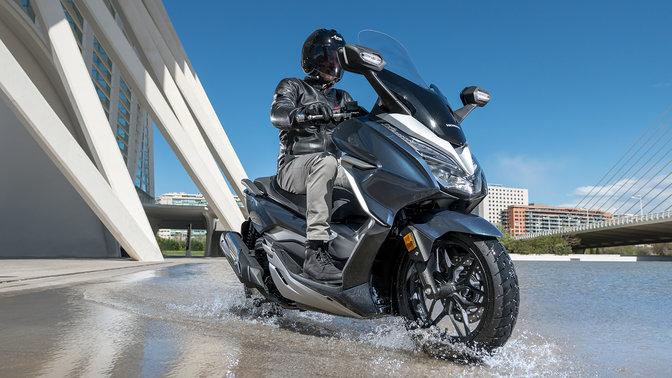 Honda Forza300 bei Auto Stahl Wasser Bike Blau City Seitenansicht