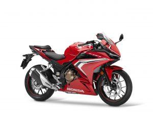 Die sportliche Honda CBR500R erhält in der Modellausführung 2021 zur Betonung der Supersport Herkunft neue Grafiken und ein neues Logo.