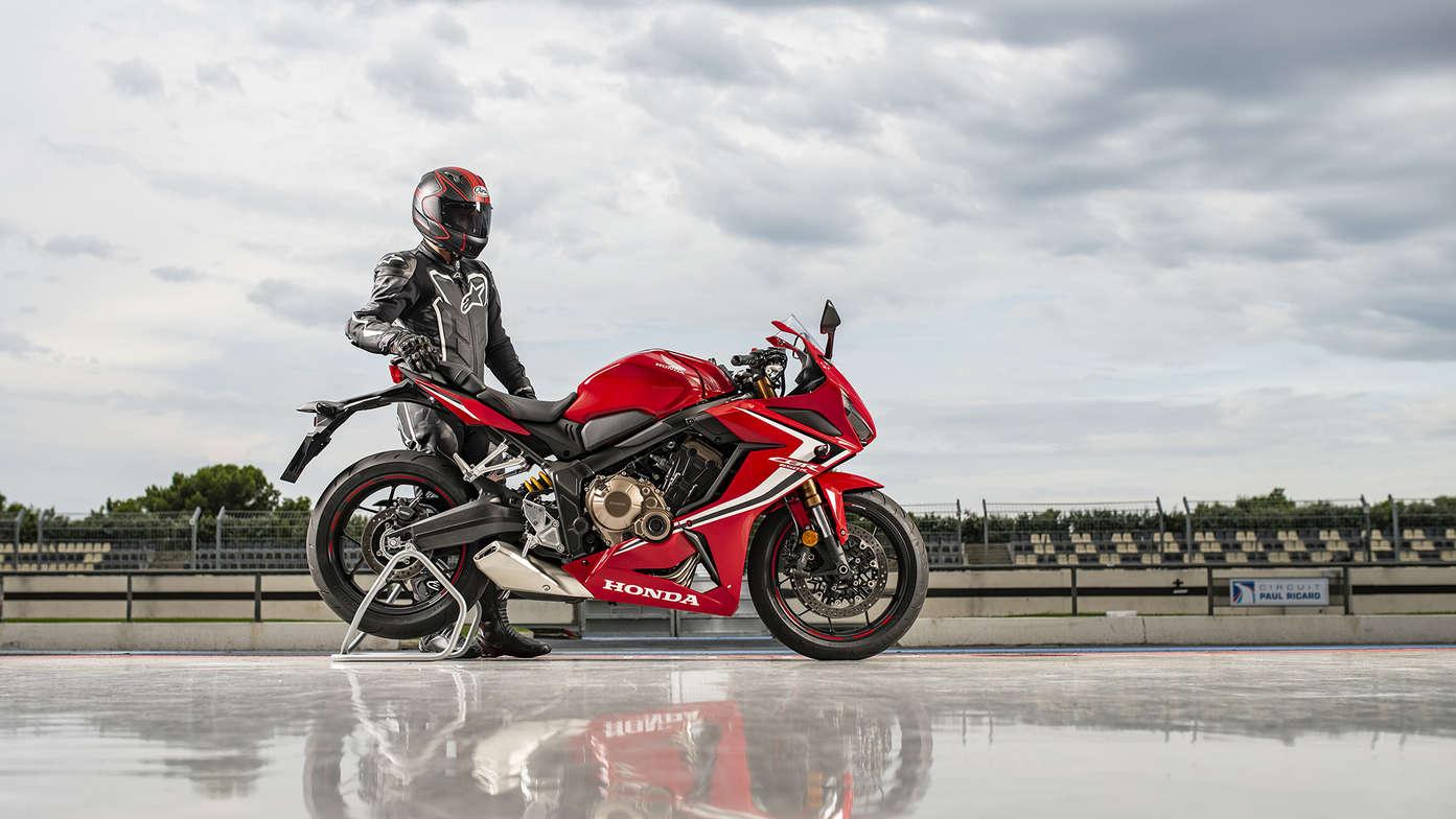 Honda CBR650R 2019 bei Auto Stahl Motorrad Bike Rot Weiß Schwarz Straße
