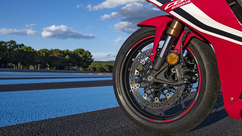 Honda CBR650R 2019 bei Auto Stahl Straße Reifen Bike Rot Weiß Schwarz Gummi