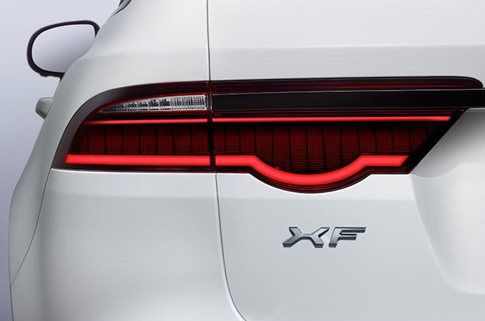Auto Stahl Jaguar XF 2019 Heckansicht Rückleuchte Rot Weiß