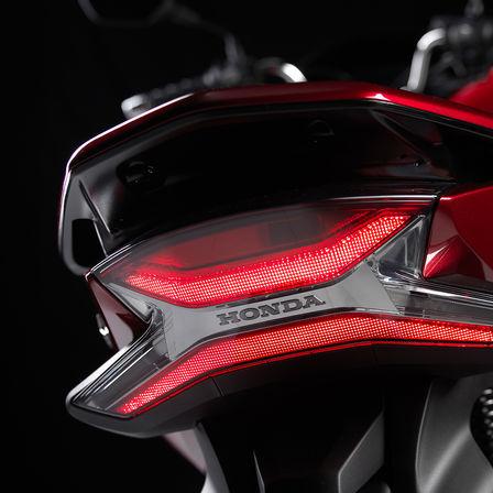 Honda PCX 125 bei Auto Stahl Heckansicht Rückleuchte Rot Schwarz