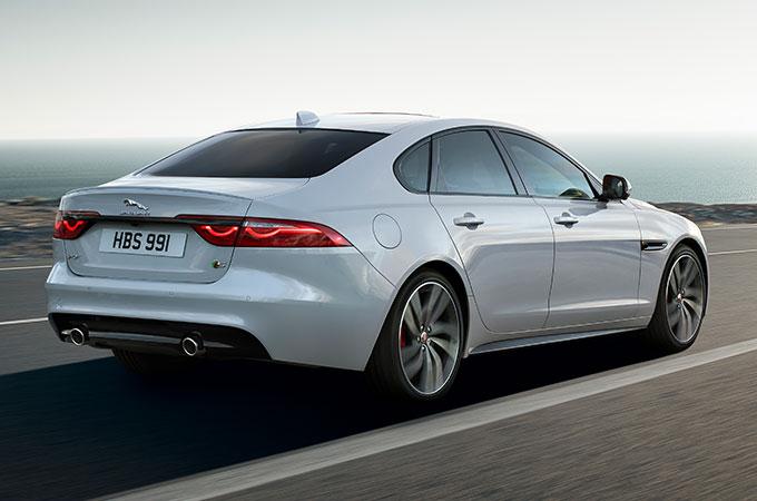 Jaguar XF 2019 Auto Weiß Seitenansicht Straße Heck Rückleuchten