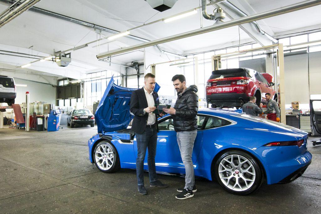 Kundendienstleiter Paul Paminger und Werkstattleiter Fatos Vinca am Standort AUTO STAHL in Wien 20 beim Frühjahrs-Check