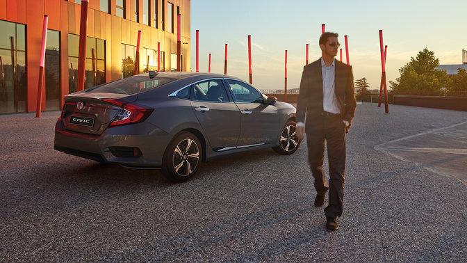 Honda Civic Limousine bei Auto Stahl Seitenansicht mit Sonnenuntergang