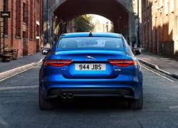 Auto Stahl der neue Jaguar XE 2019 Heckansicht Blau City
