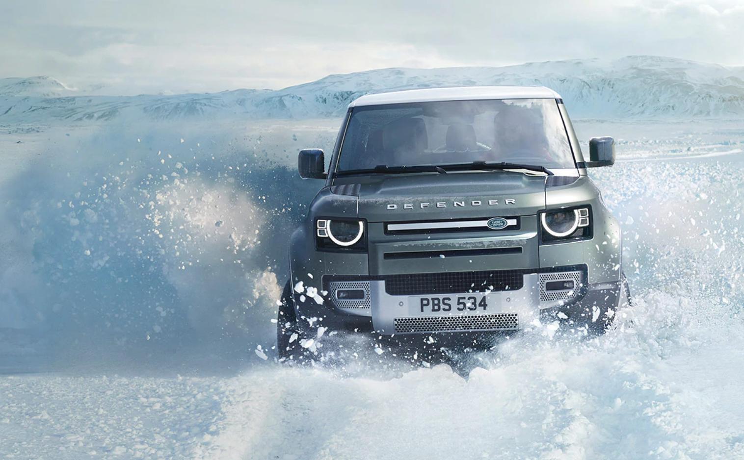 Land Rover Defender bei Auto Stahl Frontansicht im Schnee