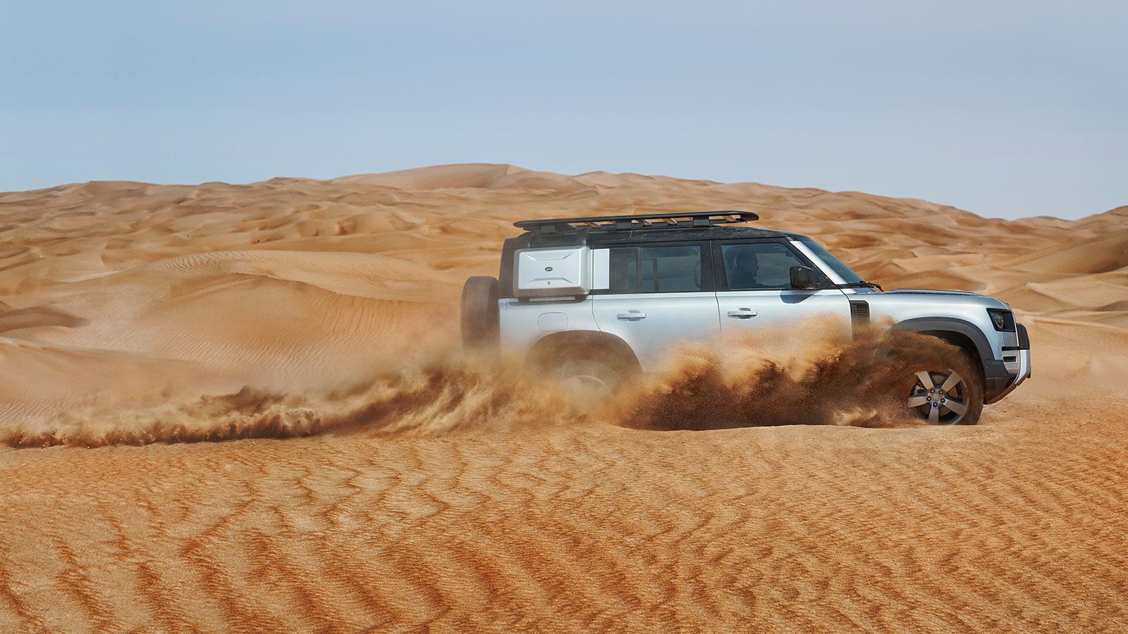 Land Rover Defender bei Auto Stahl in der Wüste Modellbild